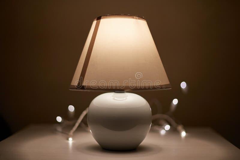 Lampa på en nightstand arkivbild