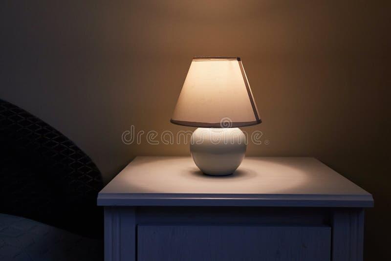 Lampa på en nightstand royaltyfria bilder