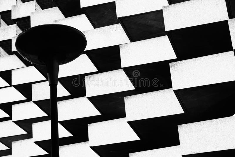 Lampa på förgrund av geometrisk byggnad arkivbilder