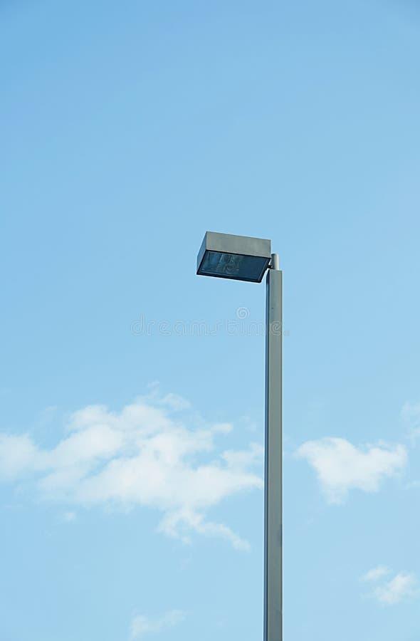 Lampa på pol på sikt för bakgrund för blå himmel nedersta arkivfoto