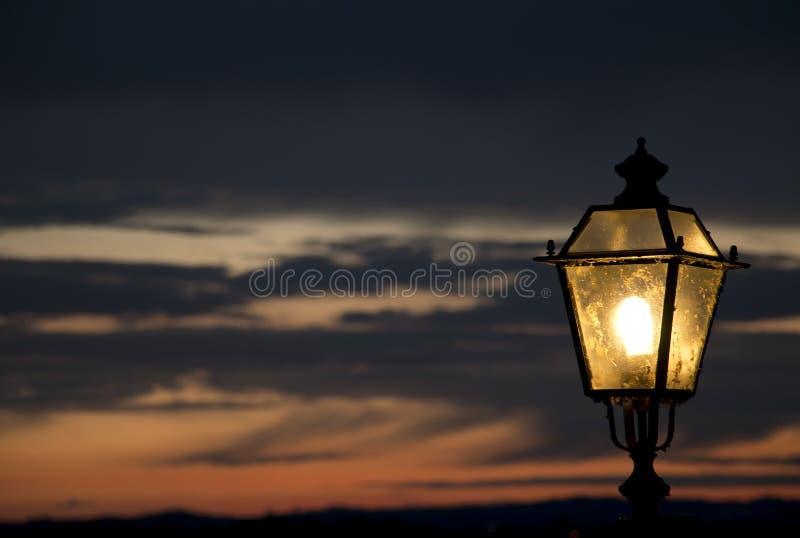 Lampa på solnedgången arkivfoton