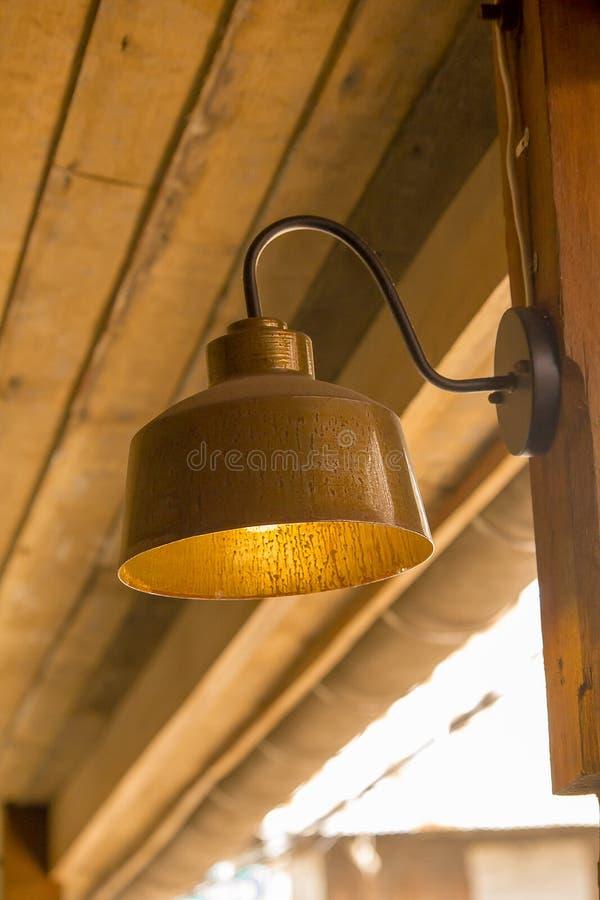 Lampa som göras av mässing som fästas till väggen fotografering för bildbyråer