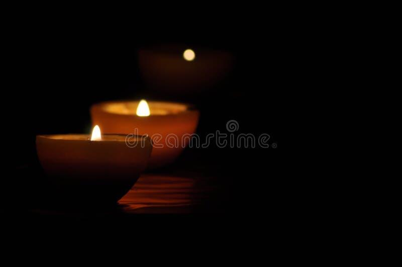 Lampa stearinljus som skiner i mörkret Challis flamma konstnärlig sammansättning arkivbild