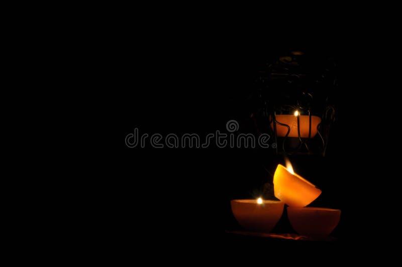 Lampa stearinljus som skiner i mörkret Challis flamma konstnärlig sammansättning arkivfoto