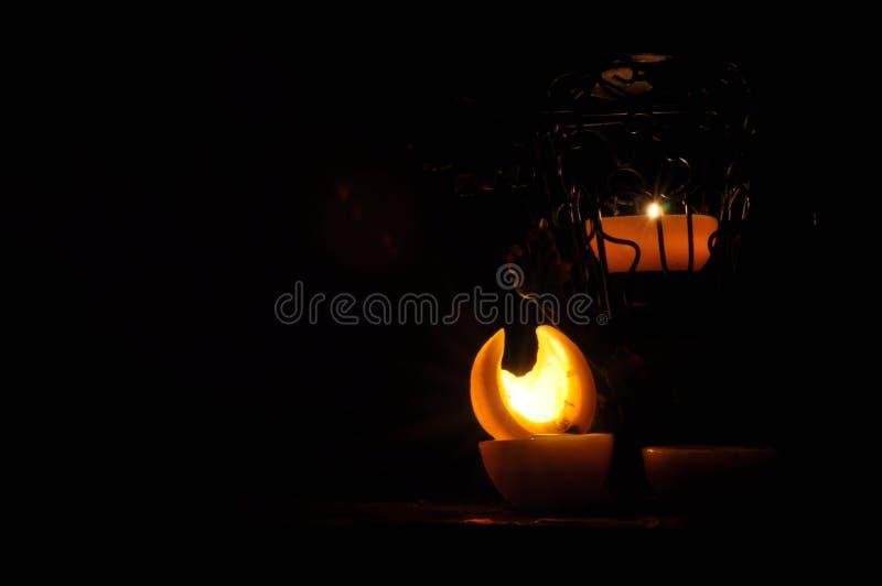 Lampa stearinljus som skiner i mörkret Challis flamma konstnärlig sammansättning royaltyfri bild