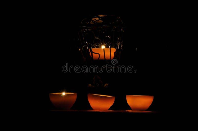 Lampa stearinljus som skiner i mörkret Challis flamma konstnärlig sammansättning royaltyfri foto