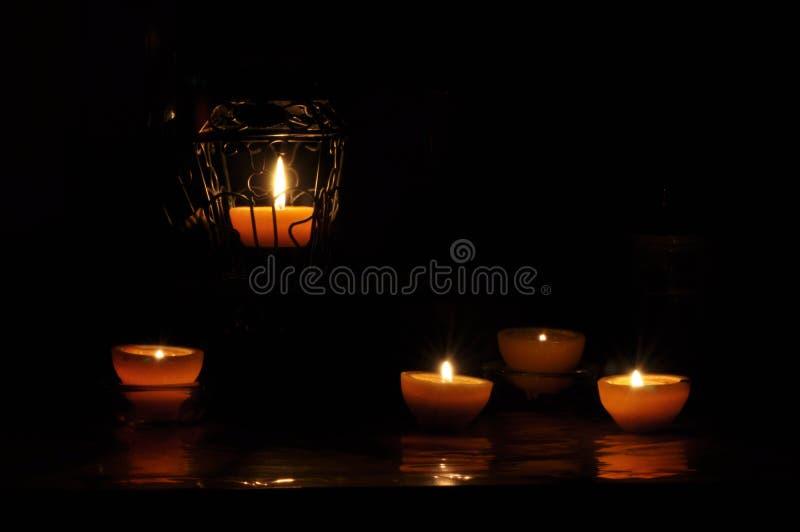 Lampa stearinljus som skiner i mörkret Challis flamma konstnärlig sammansättning lighting arkivfoto