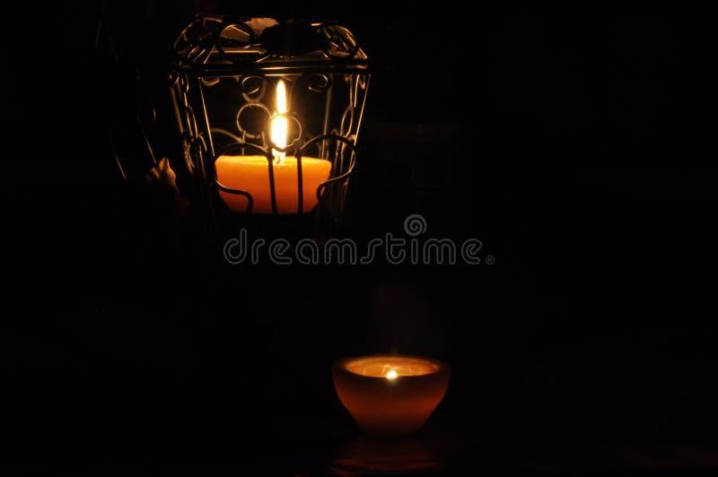 Lampa stearinljus som skiner i mörkret Challis flamma konstnärlig sammansättning lighting royaltyfri foto