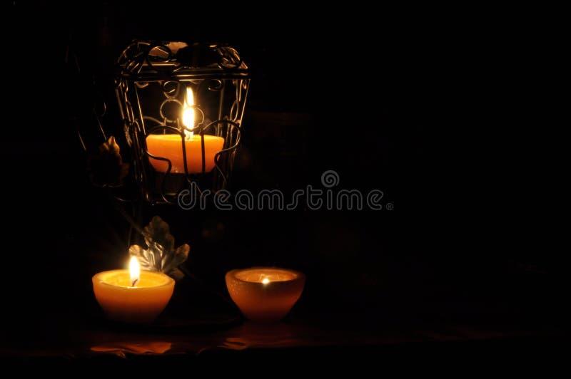 Lampa stearinljus som skiner i m?rkret Challis flamma konstn?rlig sammans?ttning lighting arkivbild