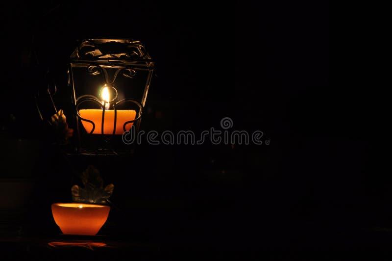 Lampa stearinljus som skiner i m?rkret Challis flamma konstn?rlig sammans?ttning lighting royaltyfri foto