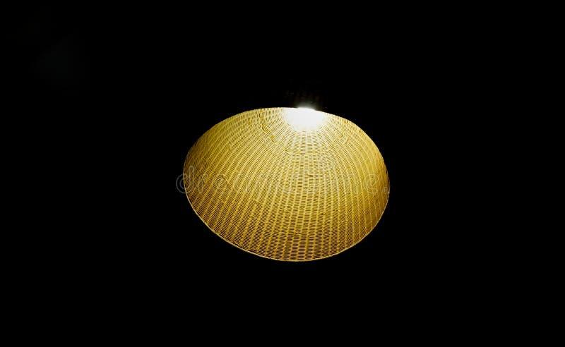 Lampa w zmroku odizolowywającym na czerni zdjęcie royalty free