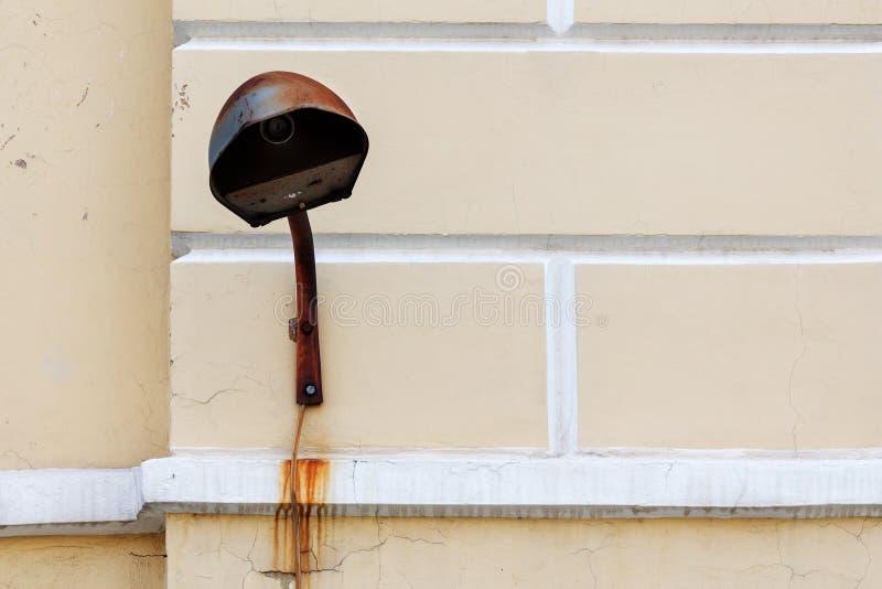 Lampada arrugginita sulla parete fotografie stock libere da diritti