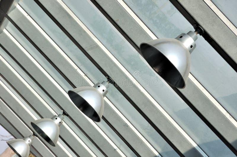 Lampada che appende sulla costruzione della struttura d'acciaio fotografie stock