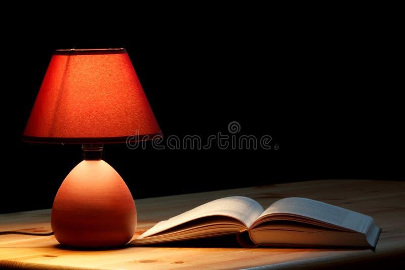 Lampada che illumina un libro immagine stock libera da diritti