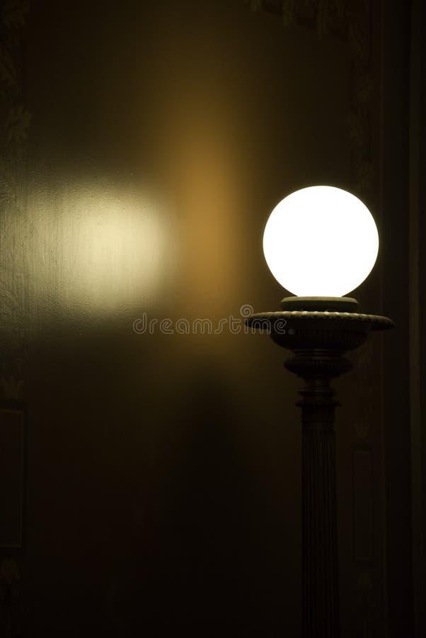 Lampada contro la parete immagine stock