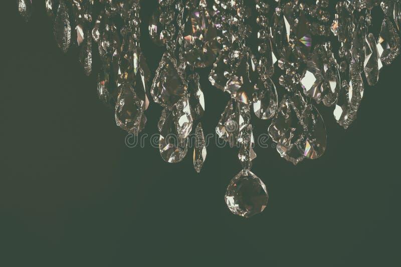 Lampada a cristallo lussuosa del candeliere sulla decorazione d'annata elegante e contemporanea del soffitto, di stile fotografie stock libere da diritti