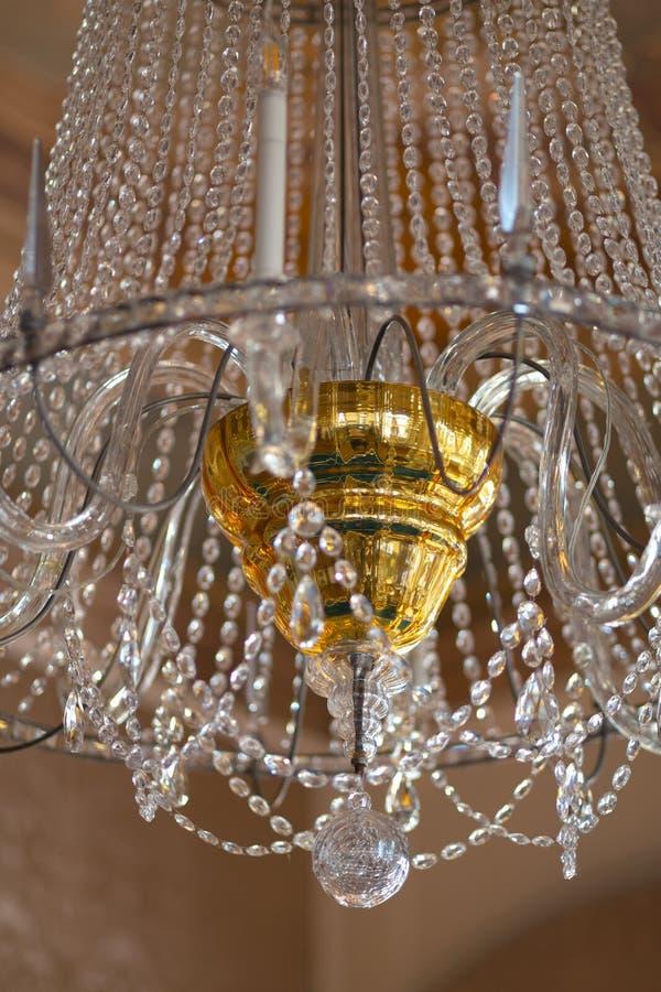 Lampada d'annata di cristallo di stupore del palazzo con il centro dorato fotografia stock