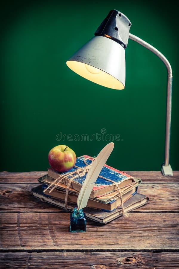 Lampada d'annata e libri nell'aula fotografia stock libera da diritti