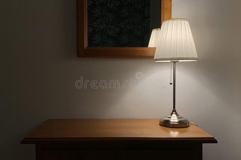 Lampada da tavolo con paralume su una tavola di legno fotografie stock