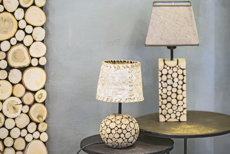Lampada da tavolo di legno, una lampada fatta dell'abete rosso di legno e corteccia di betulla Lampada di legno originale moderna fotografia stock