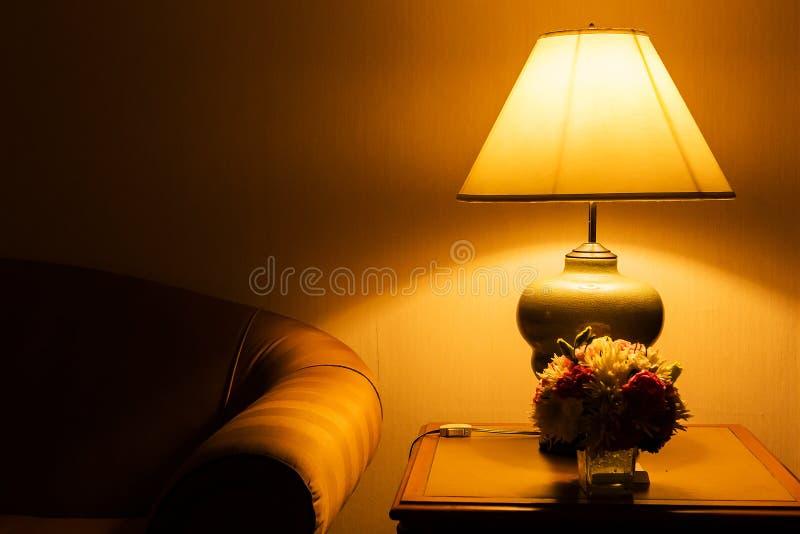 Lampada da tavolo e sofà fotografie stock