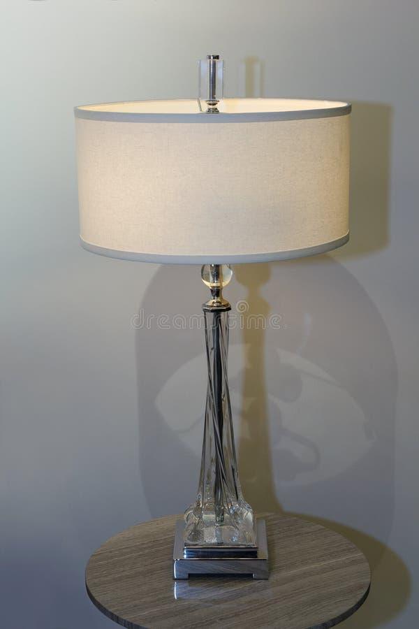 Lampada Da Tavolo Nella Camera Da Letto In Uno Stile Classico ...