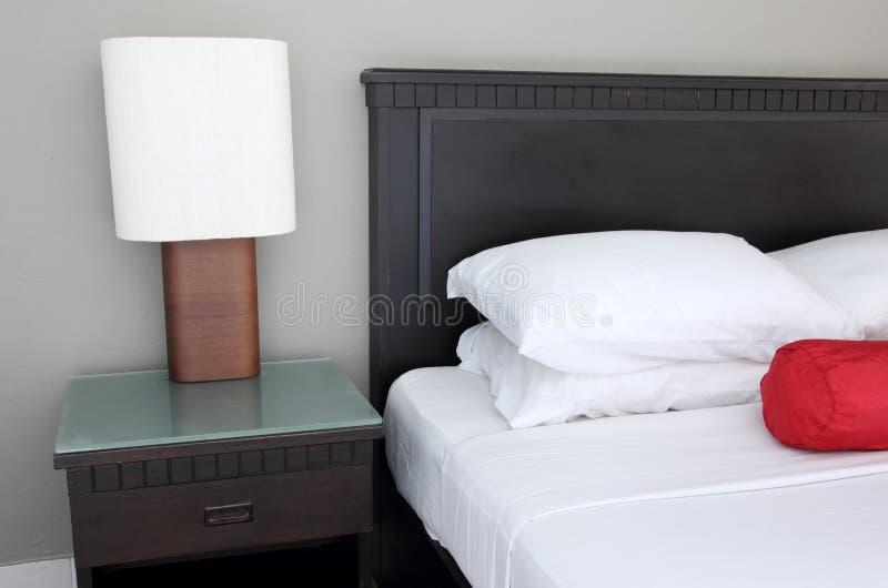 Lampada da tavolo sulla camera da letto fotografia stock - Tavolo da letto ...