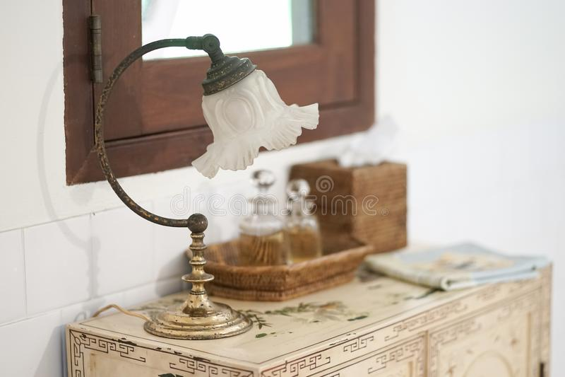 Lampada dell'annata Un fuoco molle della lampada d'annata con altri articoli da toletta immagine stock libera da diritti