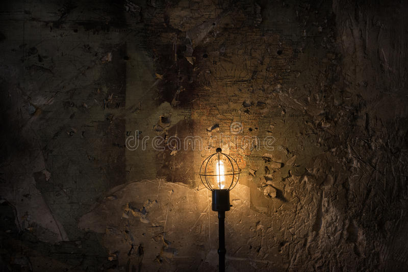 Lampada della nave con la vecchia mappa nel fondo immagine stock libera da diritti