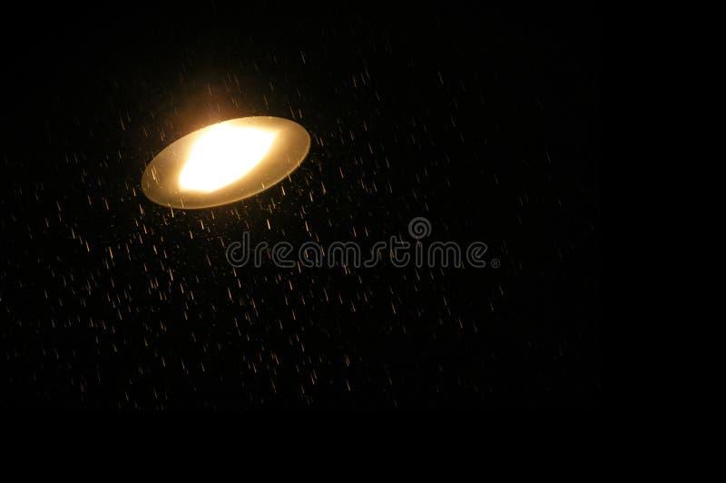 Lampada della strada e della pioggia fotografia stock