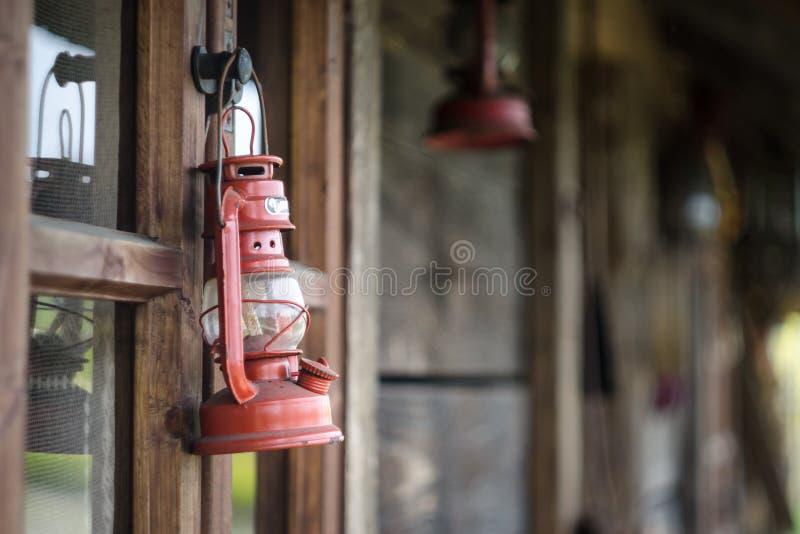 Lampada di cherosene e vecchia casa immagine stock libera da diritti