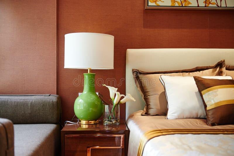 Lampada di comodino della camera da letto immagine stock immagine di fashionable condominium - Comodino camera da letto ...