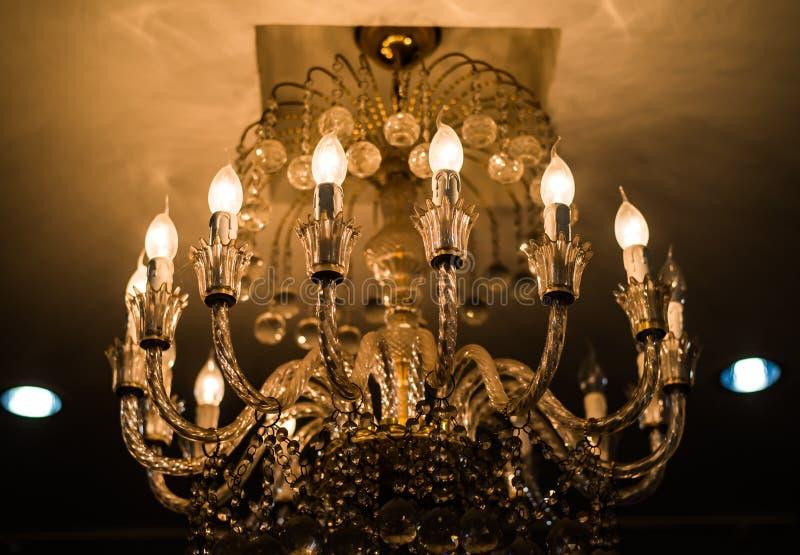 Lampada di cristallo elegante del soffitto fotografia stock