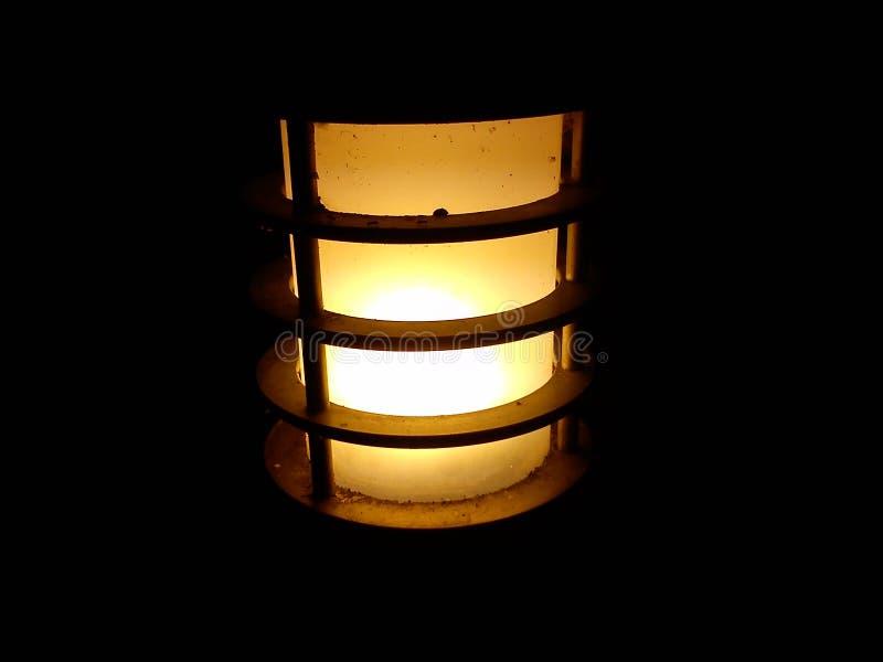 Lampada di strada accesa in un parco cittadino Vetro opaco ritorto con luce alata, calda e gialla Un cerchio o una gabbia metalli illustrazione vettoriale