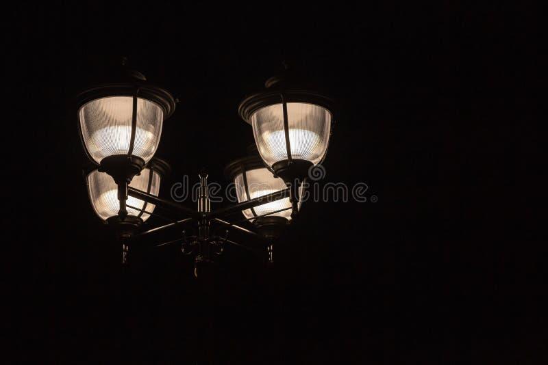 Lampada di via alla notte nella città fotografie stock