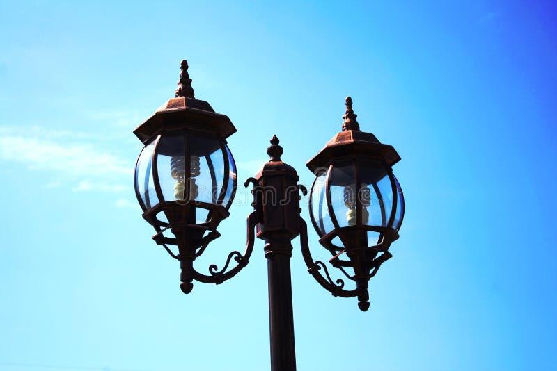 Lampada di via con il fondo del cielo blu immagine stock libera da diritti