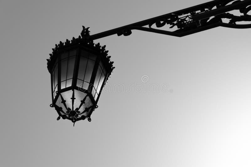 Lampada di via d'acciaio decorata fotografia stock libera da diritti