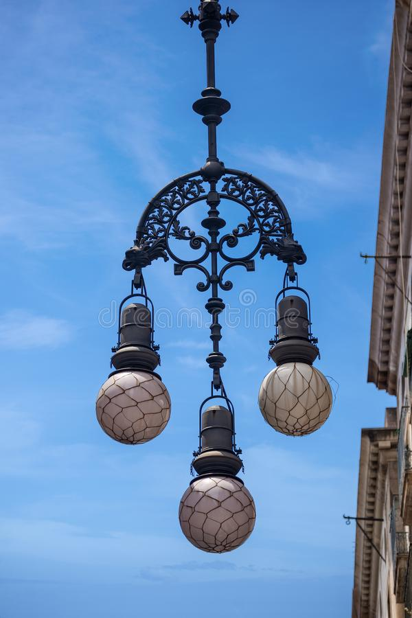 Lampada di via d'annata - città di Barcellona Spagna immagini stock