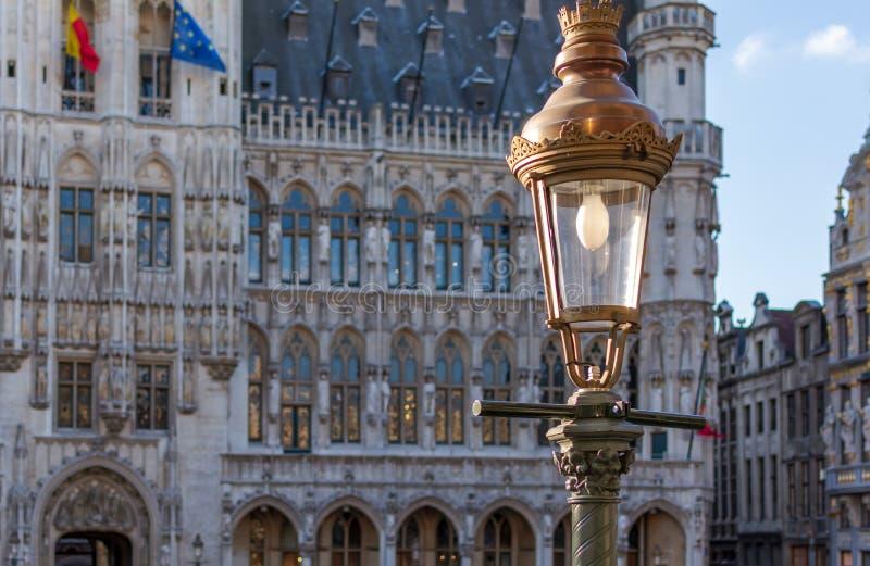 Lampada di via d'annata con municipio gotico di Bruxelles nei precedenti immagini stock