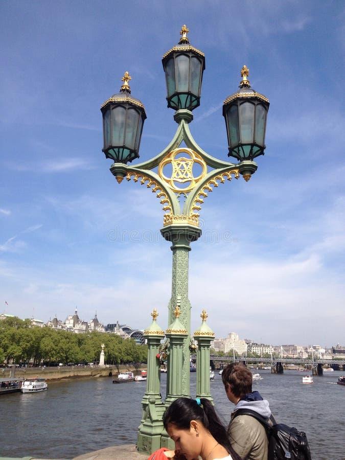 Lampada di via di Londra al sole fotografie stock libere da diritti