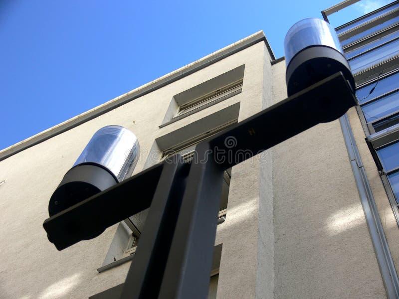 Lampada di via moderna nel nero con cielo blu fotografia stock libera da diritti