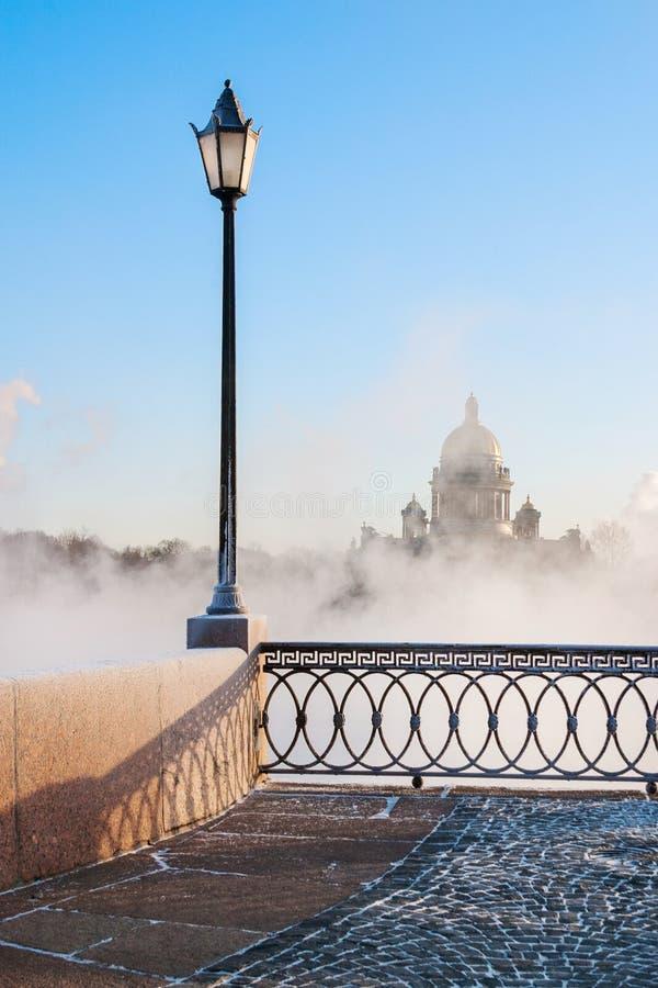 Lampada di via sull'argine di Universitetskay Fiume di Neva St Petersburg La Russia immagini stock