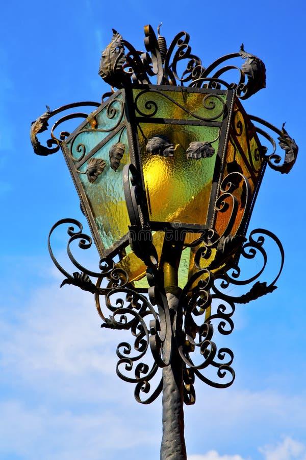 Lampada di via una lampadina nel cairate Italia del cielo immagini stock
