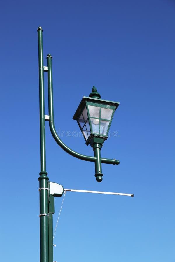 Lampada di via di vecchio stile nel verde immagine stock