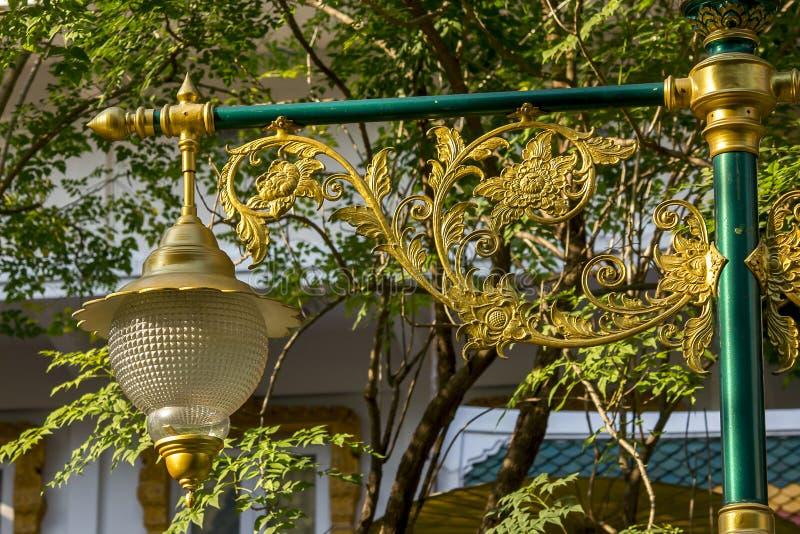 Lampada dorata con il modello tailandese fotografie stock