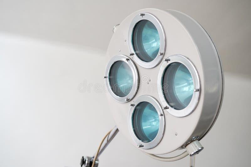 Lampada e apparecchi medici chirurgici nella sala operatoria Fondo fotografia stock