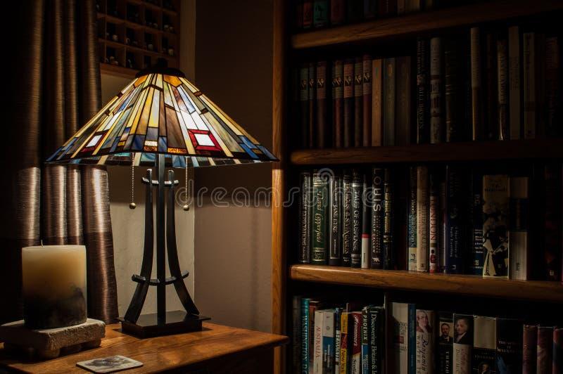Lampada e scaffali per libri fotografie stock libere da diritti