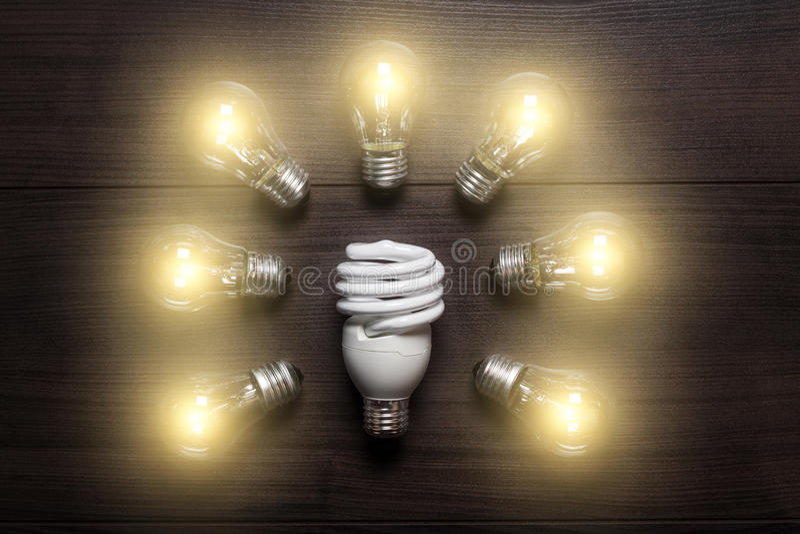 Lampada economizzatrice d'energia in paragone alle lampade di incandescenza fotografie stock