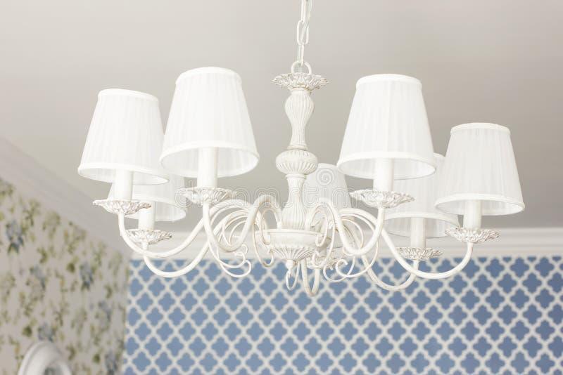Lampada elegante bianca del candeliere del soffitto, dettagli del interio moderno immagini stock libere da diritti