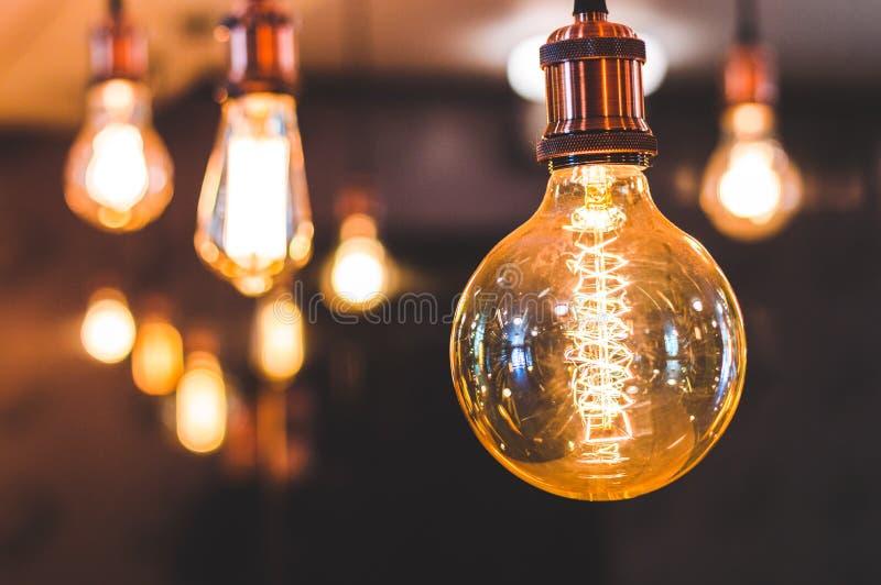 Lampada incandescente di forma insolita con una grande spirale fotografia stock libera da diritti
